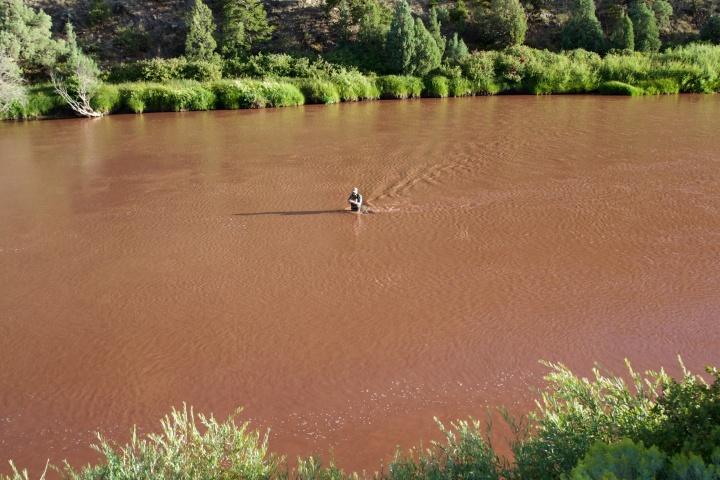 Colorado-joki värjäytyi ukkoskuuron jäljiltä punaiseksi velliksi