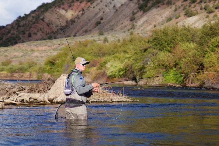 Mikko kalastaa Eagle-joen jylhissä maisemissa