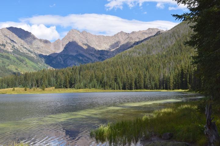 Piney Lake sijaitsee jylhissä maisemissa Kalliovuorten syleilyssä